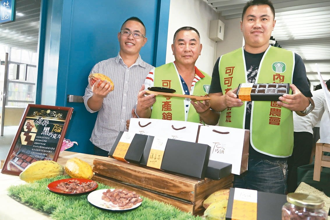 邱正松(中)與兒子邱濬文(右)及邱濬宇(左)投入可可產業及巧克力製作,拿下巧克力...
