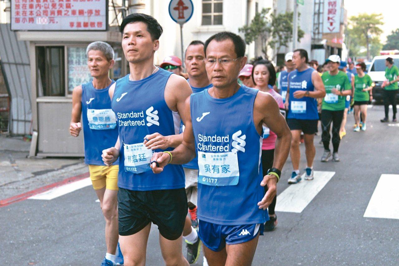 視障跑者組成的「北中南500K視障接力」,6天前從台北出發一路往南,昨天下午抵達...