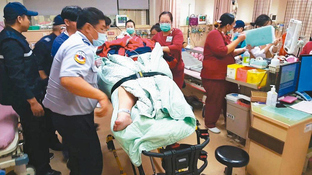 張姓青年重200公斤,昨轉院時,近10人將他送上大型救護車。 記者胡蓬生/攝影