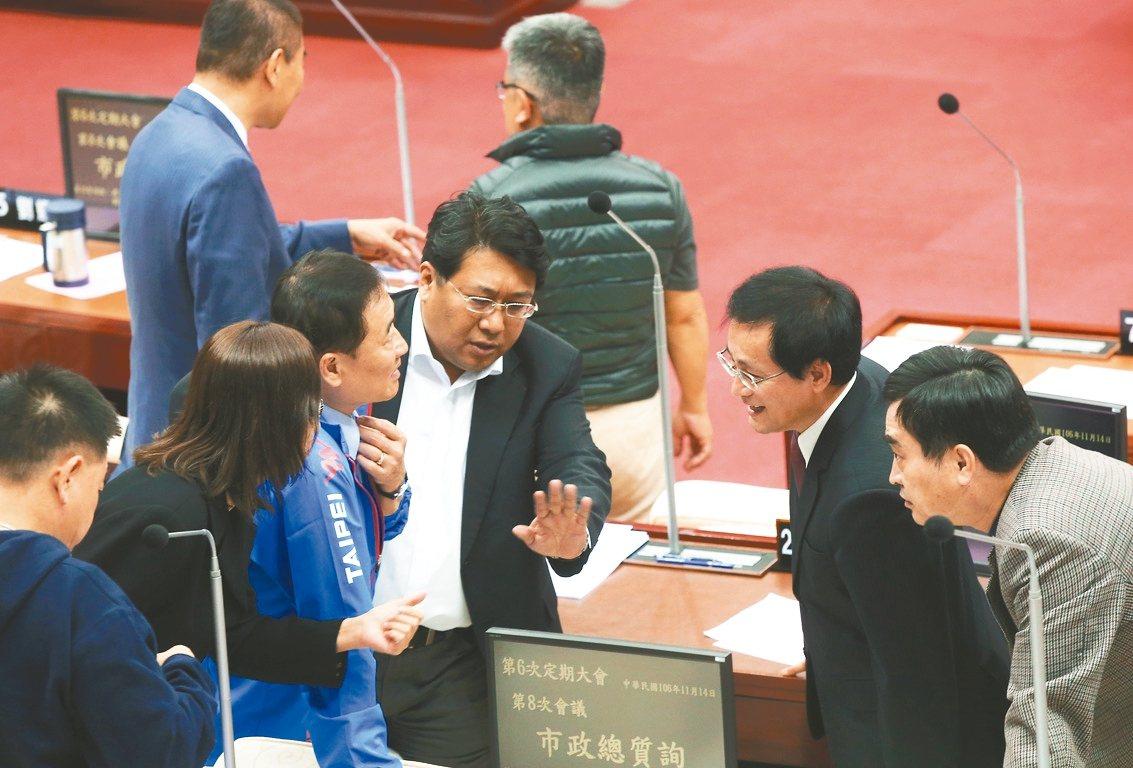 台北市議員周柏雅(右二)昨在市政總質時針對雙城論壇講稿向市長柯文哲提出質詢,雙方...