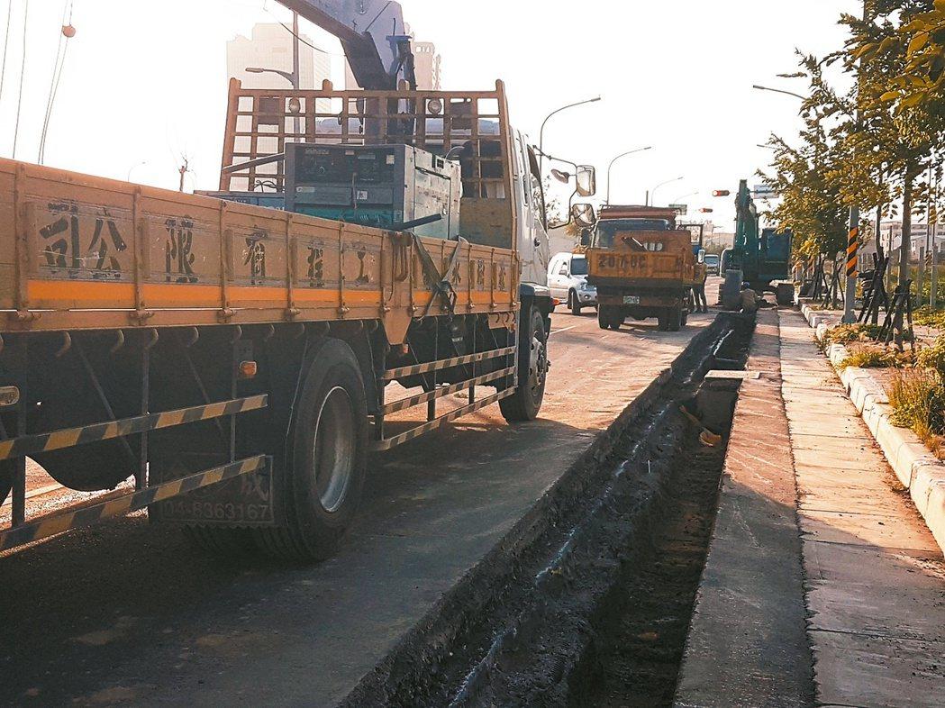 台南市南台南站區段徵收用地公共設施完成多時,卻遲遲未開放,最近路面又大量開挖,引起民眾好奇。 記者修瑞瑩/攝影