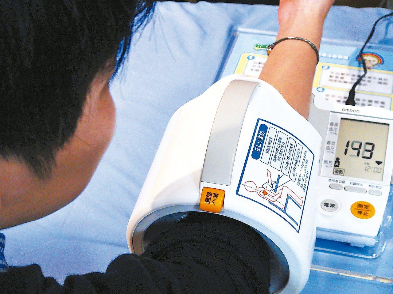 美國心臟學會十三日修改高血壓定義,表示血壓升至收縮壓一三○/舒張壓八○毫米汞柱就...