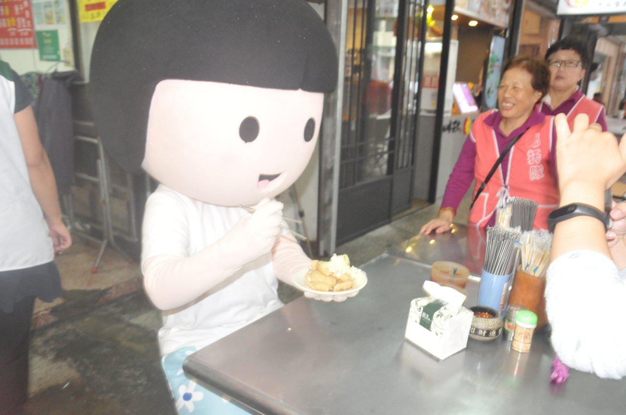 家扶寶寶昨送蛋糕給劉清山,還現場「吃」起臭豆腐。記者游明煌/攝影