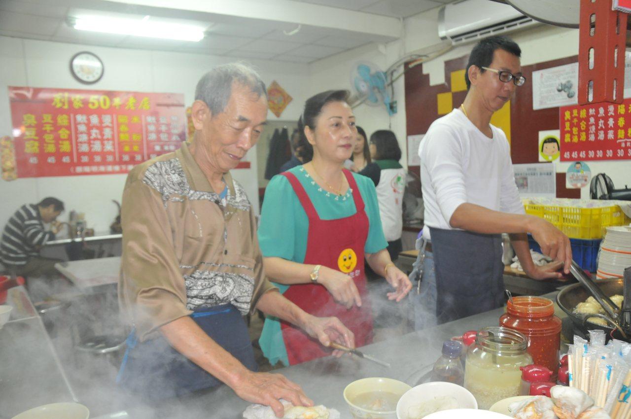 劉家臭豆腐店老闆劉清山(左一)昨第10年把生日當天一日所得捐給貧童。記者游明煌/...