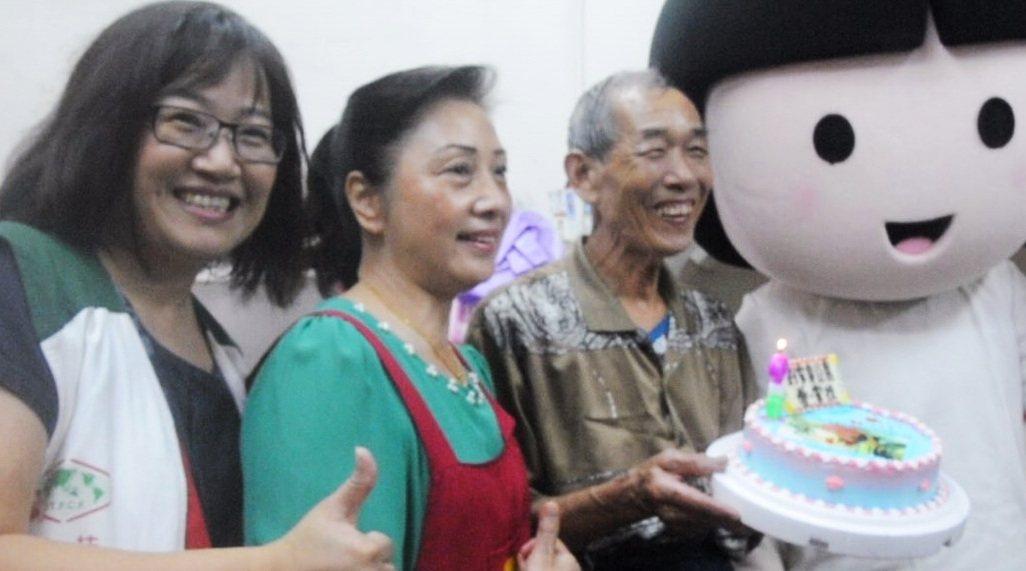 劉家臭豆腐老闆劉清山(左三)昨第10年生日義賣,家扶中心送蛋糕給他慶生。記者游明...