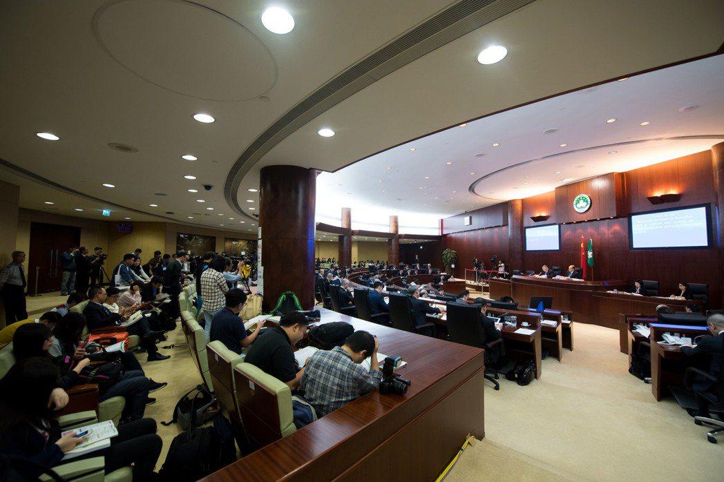 澳門特區行政長官崔世安發表明年財政年度施政報告,將給予市民多項優惠及津貼。...