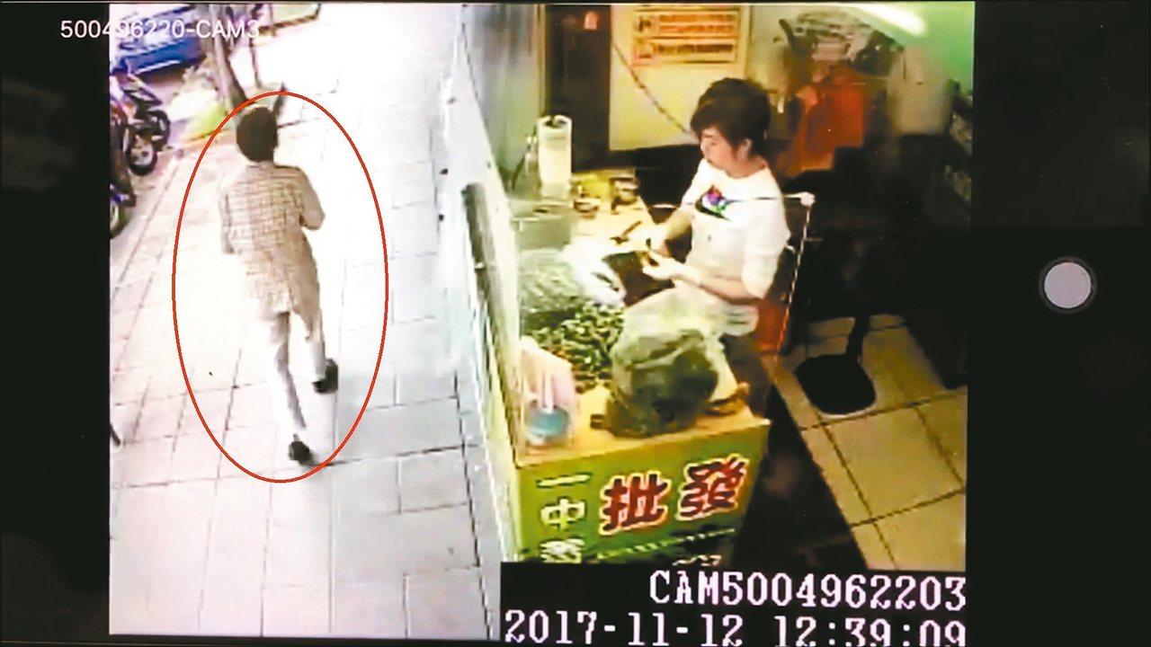 莊姓老婦十二日中午外出返家成為最後身影,昨被發現陳屍住家廚房。 記者林孟潔/翻攝