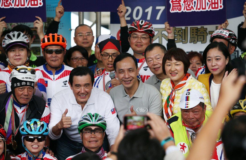 46位抗癌鬥士耗時10天完成1100公里單車環台,新北市長朱立倫親自迎接這群「不...