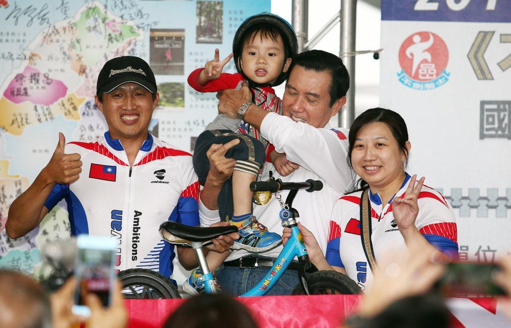 46位抗癌「不倒騎士」完成單車環台,前總統馬英九出席活動為騎士喝采,合照時還忙著...