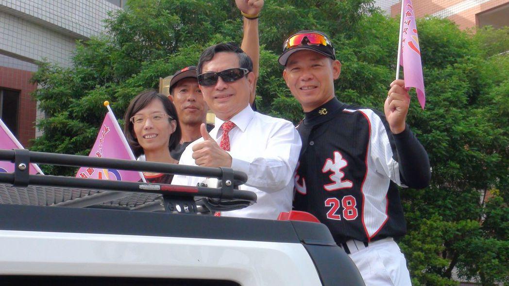 嘉義市民生國中棒球隊拿下全國冠軍,校方舉辦英雄遊街,涂醒哲也參加與市民分享喜悅。...