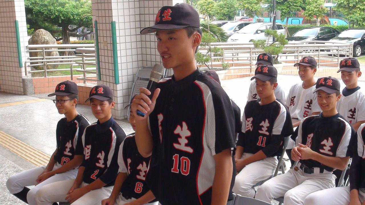 棒球隊隊長朱祐辰感謝學校、市府、教練及家人全力相挺,才能無後顧之憂,在球場上揮灑...
