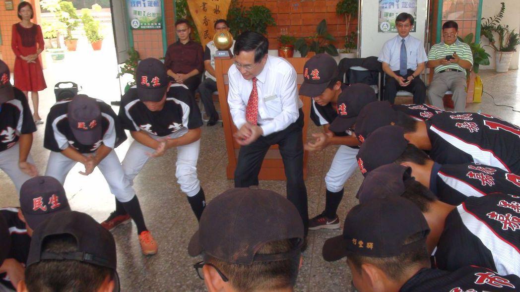 嘉義市長涂醒哲(中)和選手們共享喜悅,和棒球隊隊員一塊跳戰舞。 記者王慧瑛/攝影