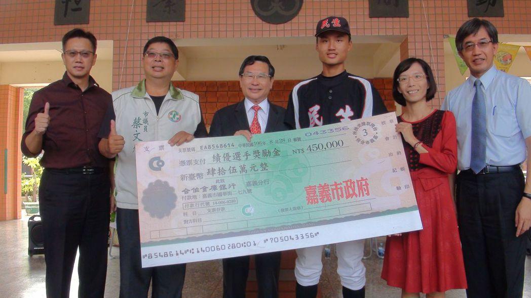 嘉義市長涂醒哲(左三)到民生國中頒發選手獎勵金45萬。 記者王慧瑛/攝影