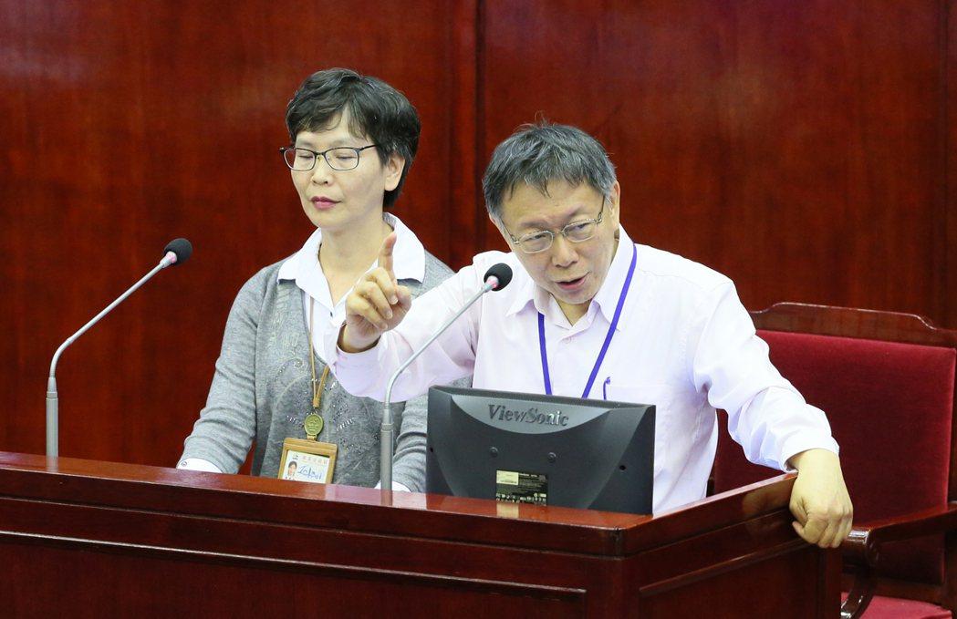台北市長柯文哲(右)與辦公室主任蔡壁如(左),日前在市議會接受市政總質詢。 本報...