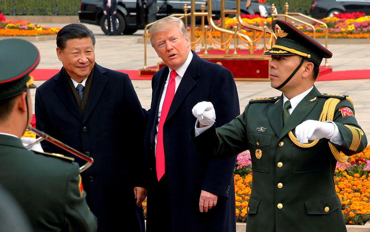 川普(中)九日到北京受到習近平(左)的盛大歡迎,感覺很有面子。 (路透)