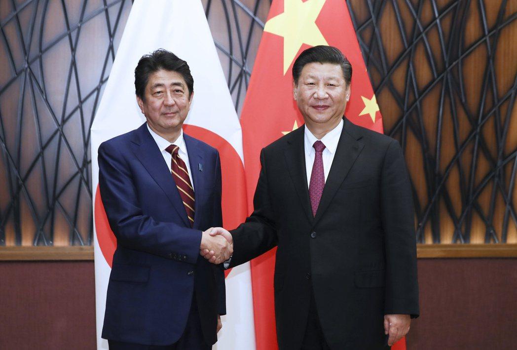 大陸國家主席習近平十一日在越南峴港會見日本首相安倍晉三。 (新華社)