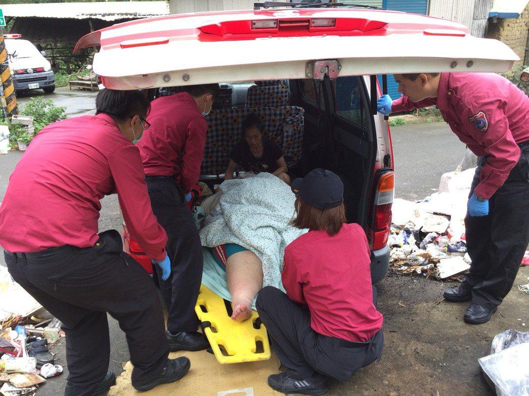200公斤重的張姓青年昨天上午從家中送到苗栗市大千醫院急診時,消防人員費了一番功...