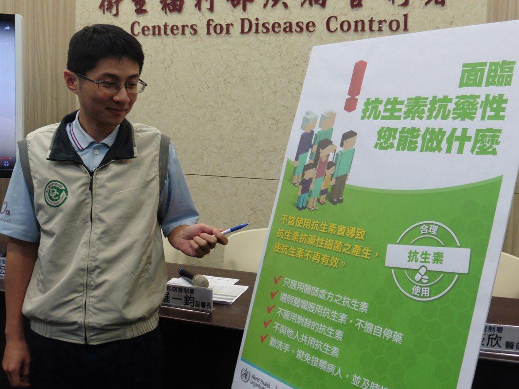疾管署防疫醫師鄔豪欣衛教民眾,如何正確使用抗生素。 記者黃安琪/攝影