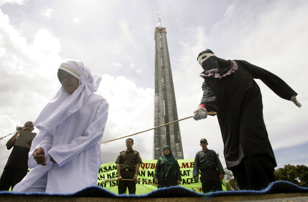 2010年,印尼亞齊省一名女子因在伊斯蘭教齋戒月期間仍擺攤賣食物,而遭鞭刑。 路...