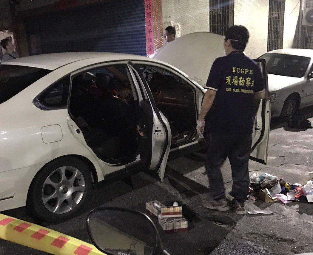 高雄警方昨天凌晨開槍擊中涉毒男子手掌,正搜索車內。 記者林保光/翻攝