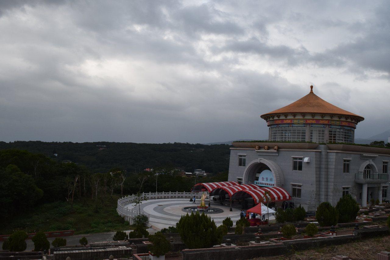 圖為新北市第18座公立納骨塔「聖賢祠」,可提供近2萬個塔位供使用。記者李易昌/攝...
