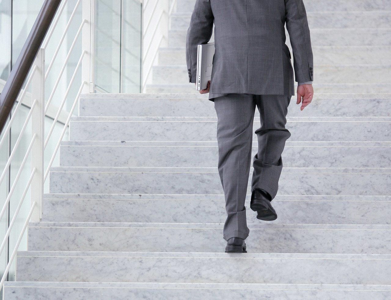 「1分鐘登階肺阻塞風險評估量表」若有「喘、咳、痰」或有吸菸,爬樓梯1分鐘爬不完四...