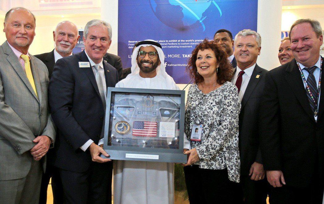 阿聯太空總署主席哈里發接受美方餽贈的阿波羅14月球任務紀念品。 美聯社