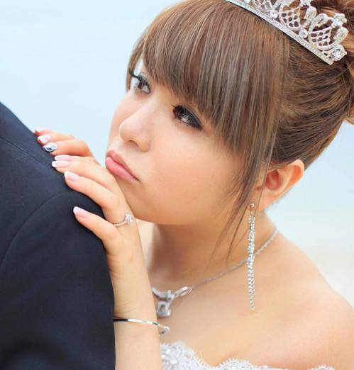 小小瑜秀出手上婚戒,是老公到百貨公司專櫃買的。 圖/小小瑜提供