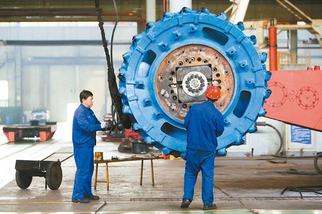 10月規模以上工業增加值年增6.2%,不如預期。圖為山西太重工人正在拆卸採煤機滾...