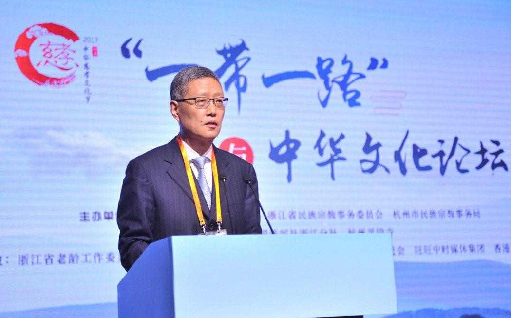 前中國外交部副部長、國務院僑務辦公室副主任何亞非指出中國反對為「美國優先」而犧牲...
