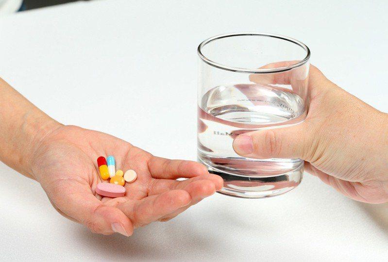 老人1天竟吃30顆藥 藥師嚇到減剩5顆