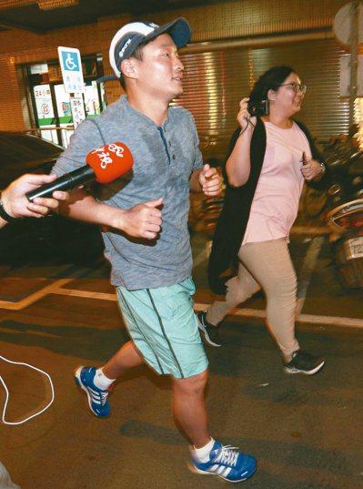 慶富造船副董事長陳偉志昨晚從家裡跑步到派出所簽到。聯合報記者劉學聖/攝影