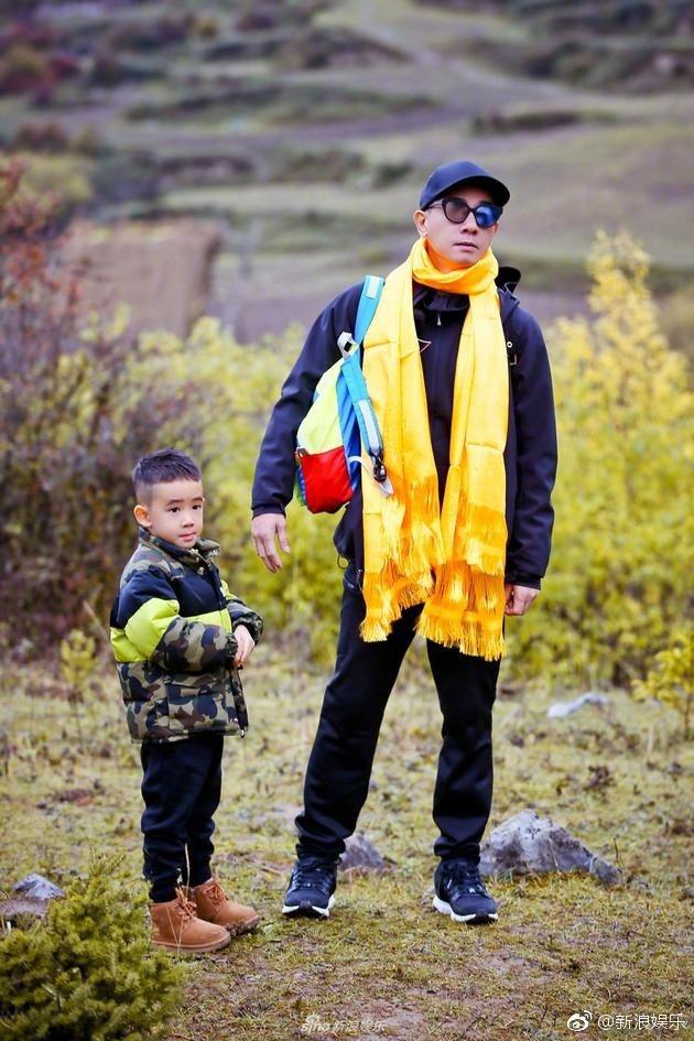 陳小春帶著兒子Jasper一起上真人秀「爸爸去哪兒5」。 圖/摘自微博