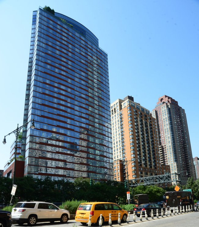 紐約市曼哈頓砲台公園市住宅大樓,只有極少數人才租得起。(許振輝/攝影)