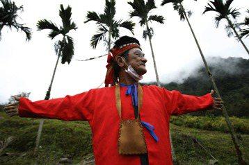 原住民的自治權,如果沒有建立在土地上,將只有形式上的自主權。圖為60歲卡那卡那富族人張開雙臂說明小時候的部落範圍比現在大得多。 圖/美聯社