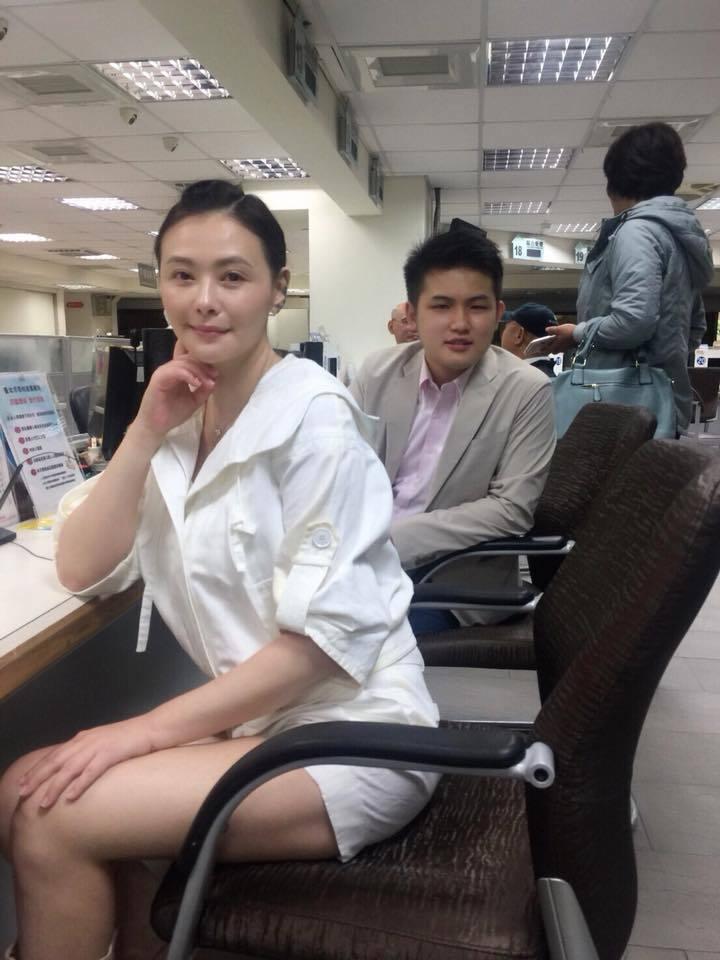 蕭淑慎與男友在戶政事務所辦理結婚登記。 圖/擷自臉書。