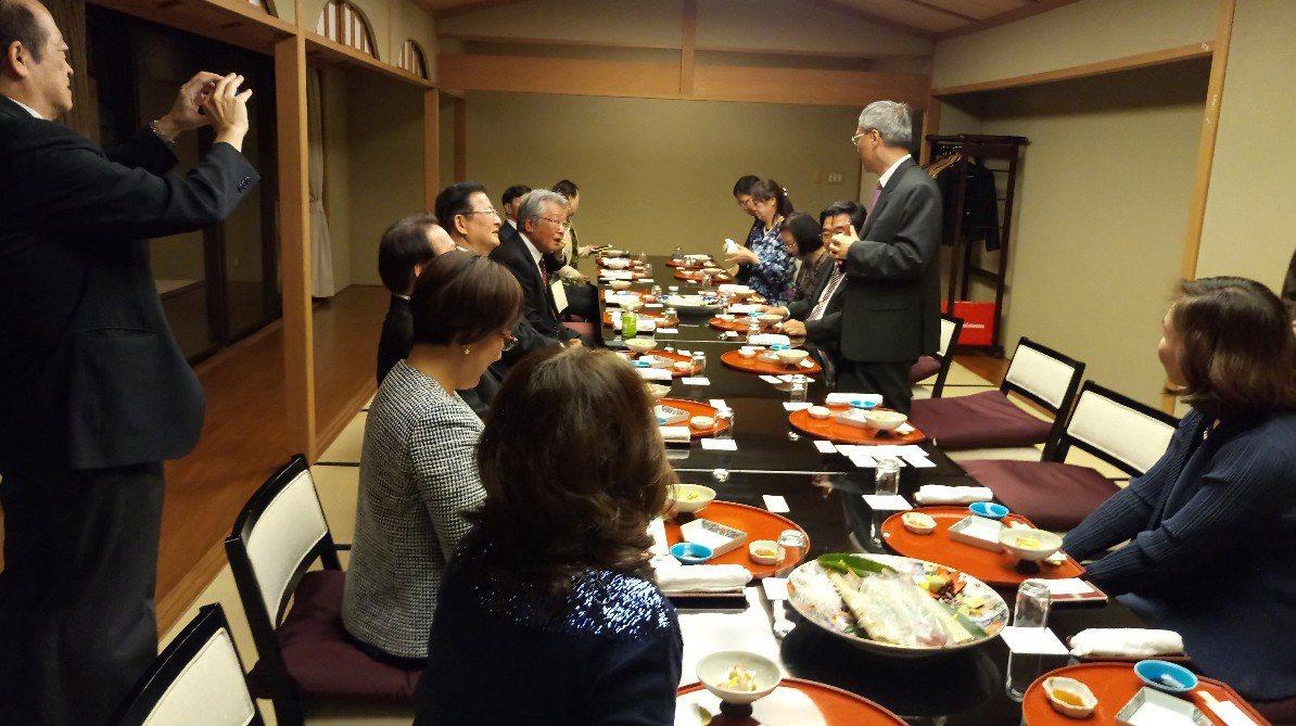 吳新興與九州地區僑領餐敘座談。