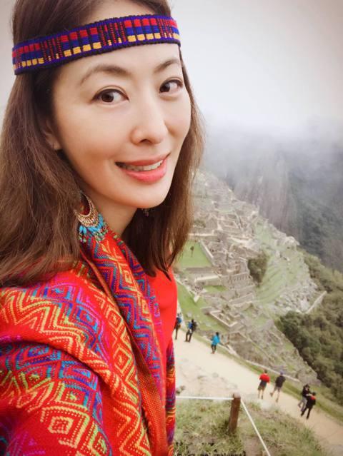 賈永婕最近在臉書上分享自己少女時期的照片,還透露了一下找到18個國中同學,讓她覺得自己變得年輕又漂亮了!賈永婕15日在臉書分享國中時期與同學們在學校的合照,並表示「我居然在一夕之間找到18個國中同學...