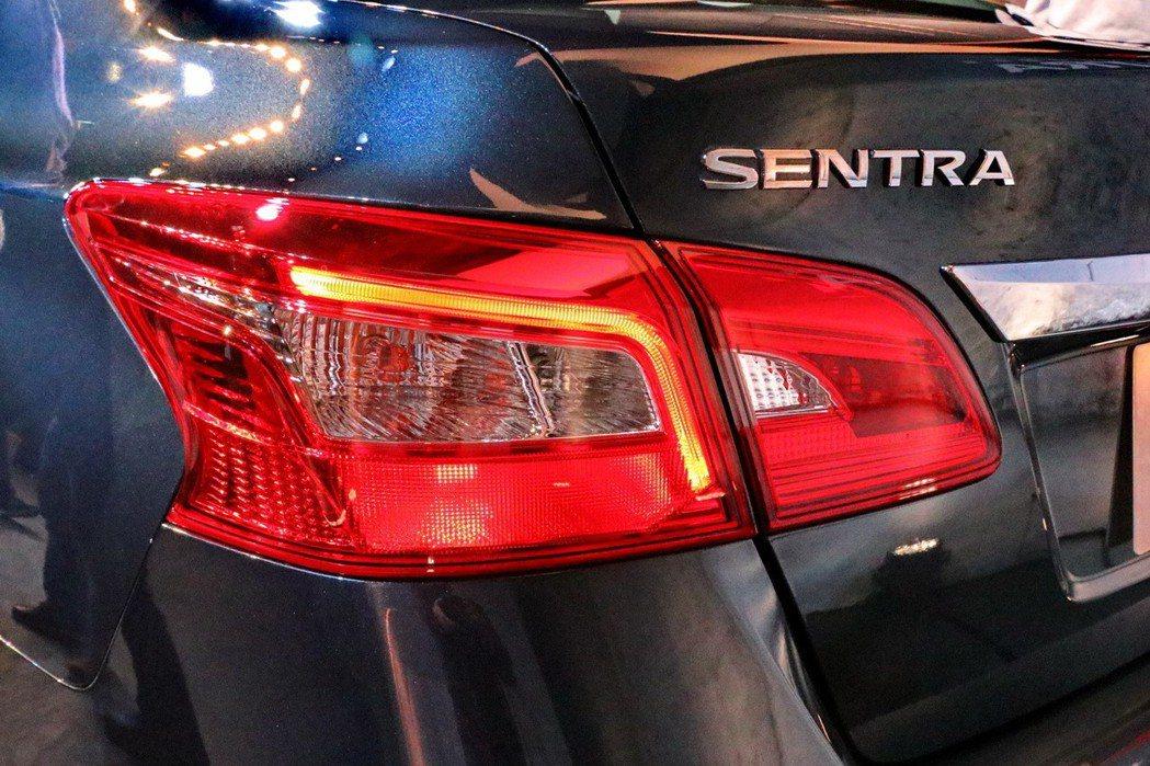 Sentra車尾換上全新LED導光式尾燈。 記者陳威任/攝影