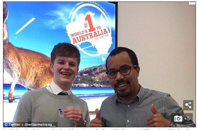威廉‧阿姆斯壯(左)如釋重負,不僅到旅行社向拾獲駕照的史帝文(右)道謝。圖擷自D...