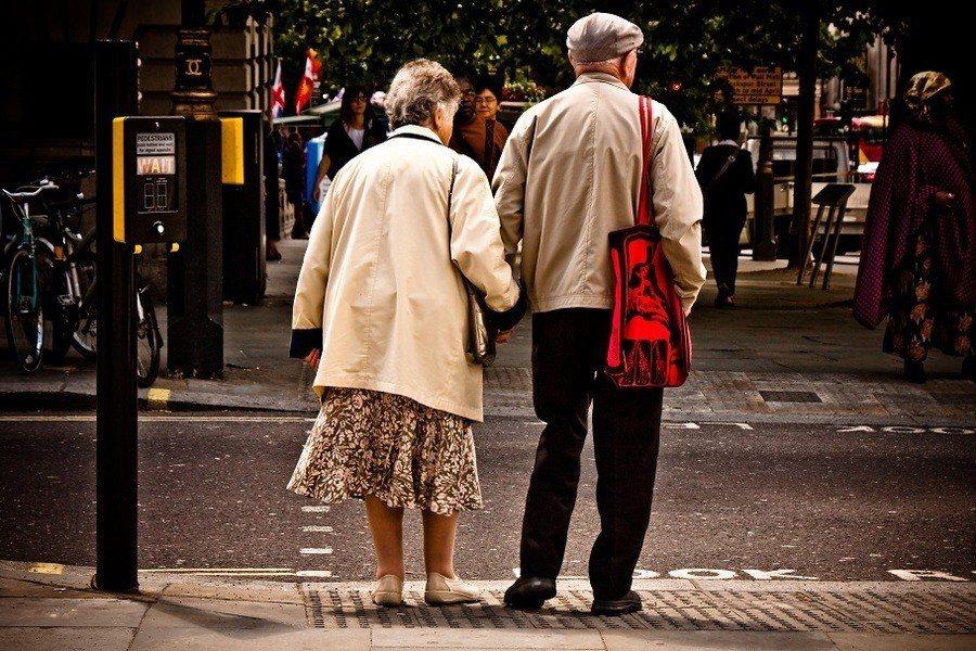 高齡者對新興理財方式興致缺缺,消基會監察人黃鈺生表示,「以房養老」與台灣傳統的觀...