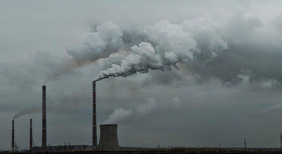 為致力達成新能源政策目標,台電各發電機組發電量在未來8年將各項空汙排放量將逐步減...