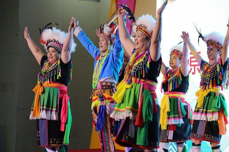 高山族的叔叔阿姨們,跳著充滿活力的原住民舞蹈,為活動開場帶來高潮。(photo ...