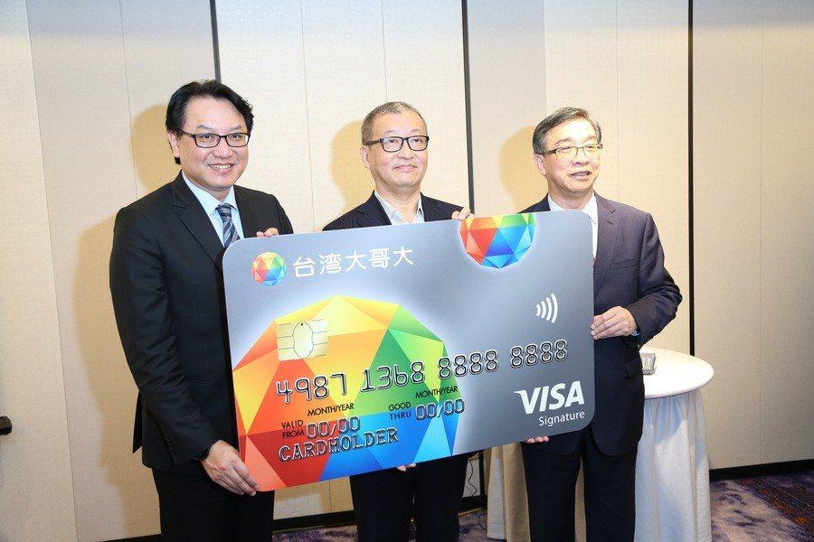 富邦大財富悠遊全台灣,走入無卡消費新時代。圖為台北富邦銀行總經理 程耀輝(左)、...