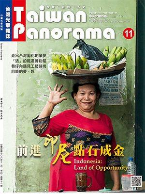 泗水唐人街的路上,一位頭頂水果的印尼婦女,給人親切友善的印象。 (林旻萱攝影)