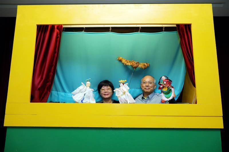 撰寫阿鮭劇本的林鳳吟(左)及演出志工李金柱(右),賦予偶戲生命力。 (林格立攝)