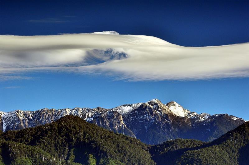 雪霸國家公園境內從大霸尖山至雪山連峰間高峻的聖稜線。