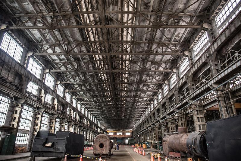 台北機廠內的組立工場,大跨距的鋼製桁架形塑出來的挑高空間,這裡是昔日蒸汽火車維修...