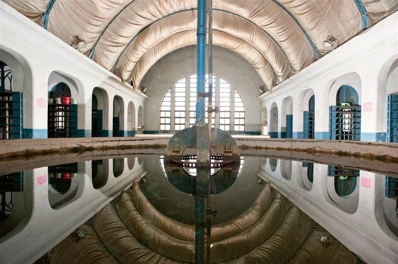 有著圓拱屋頂、美麗窗景的員工澡堂, 是昔日工人結束一天勞動的地方,也是台北機廠勞...