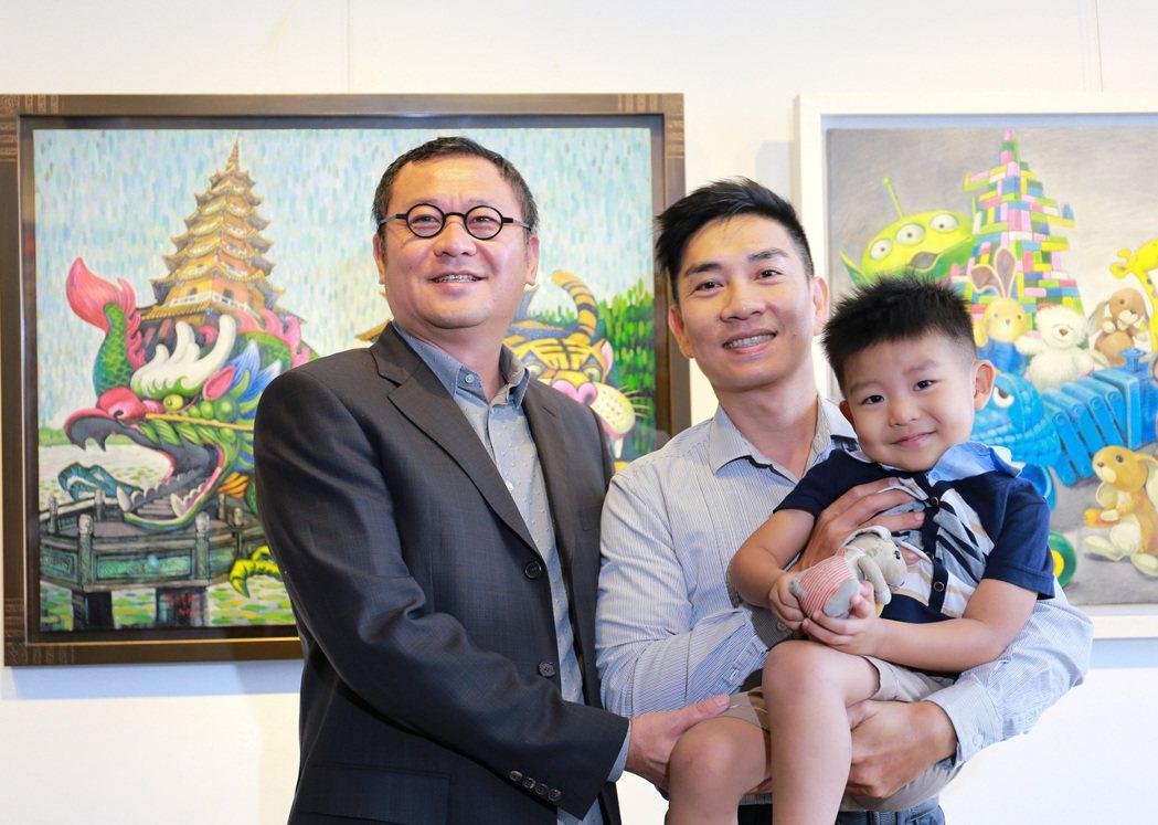 雄崗建設董事長林清吉(左)對藝術家薛豐慶(中)有知遇之恩,邀請他兩度在雄崗南屏路...